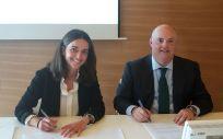 De izq. a dcha.: Nuria Martínez y Alberto de Rosa durante la firma del acuerdo.