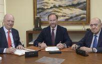El presidente de Asisa, Francisco Ivorra, junto al presidente de Caja Rural del Sur, José Luis García Palacios, y el consejero de Asisa y delegado en Sevilla, Gregorio Medin, en la firma del acuerdo.