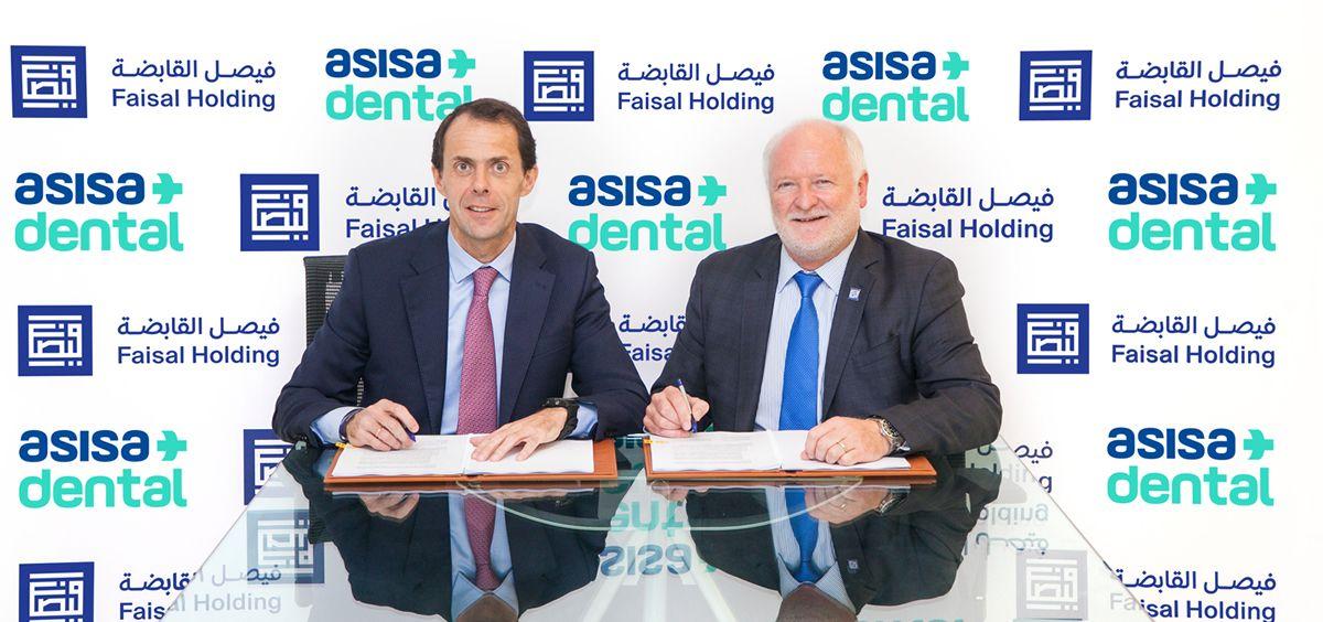 El vicepresidente de Faisal Holding, Sheikh Khalid Bin Faisal Bin Sultan Al Qassim, junto al presidente del Grupo Asisa, Francisco Ivorra