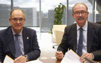 El presidente de A.M.A., Luis Campos; y el presidente de CECOVA, José Antonio Ávila Olivares, durante la firma del acuerdo.