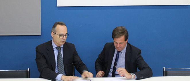 Luis Barcia, director gerente de TICH Consulting; y Carlos Rus, secretario general de ASPE, durante la firma del acuerdo
