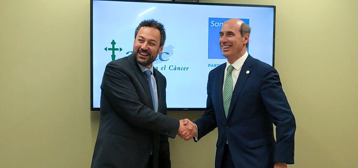 De izq. a dcha.: Toni Giró, director gerente del Hospital Sanitas CIMA, y Laureano Molins, presidente de AECC Cataluña.