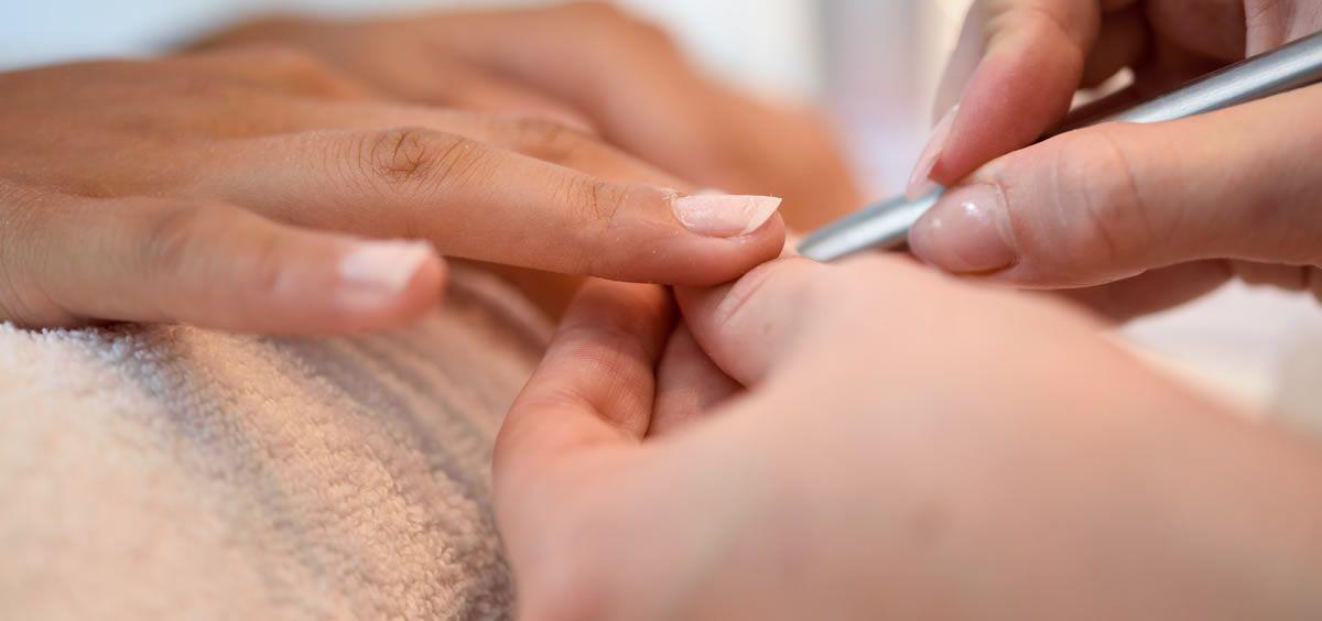 El contacto frecuente y sin protección con productos químicos también daña nuestras uñas