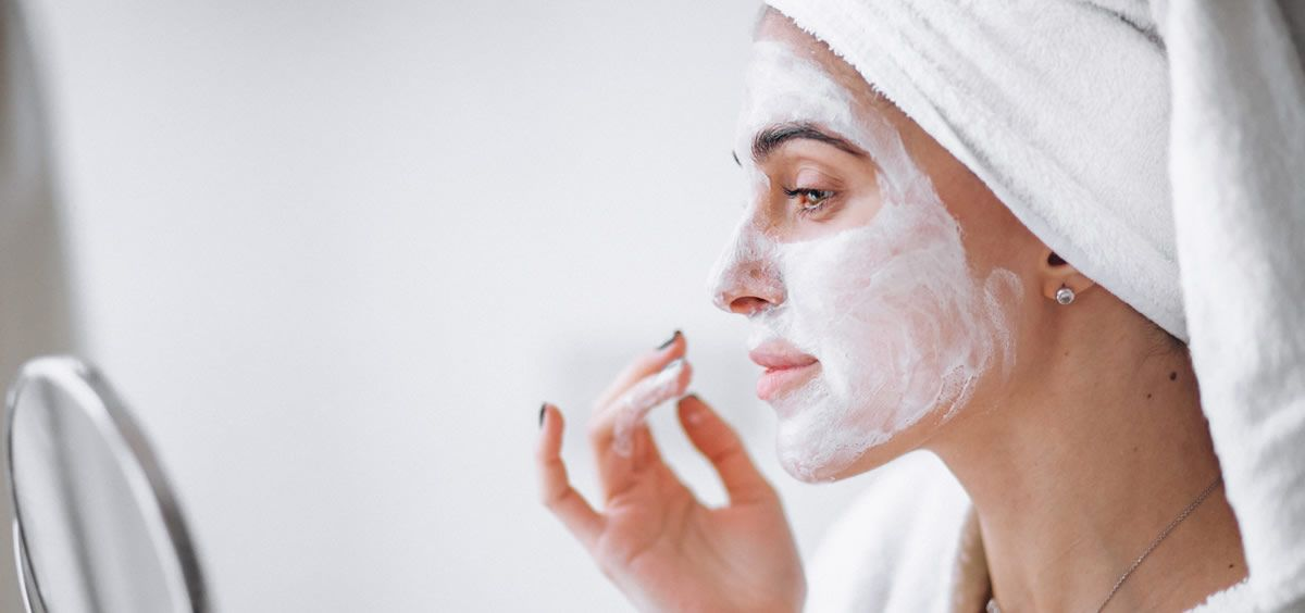 Mantener la piel bien hidratada es esencial para que se vea tersa y sana (Foto de Freepik)