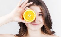 Se aconseja consumir alimentos que contengan estas vitaminas (Foto de Freepik)