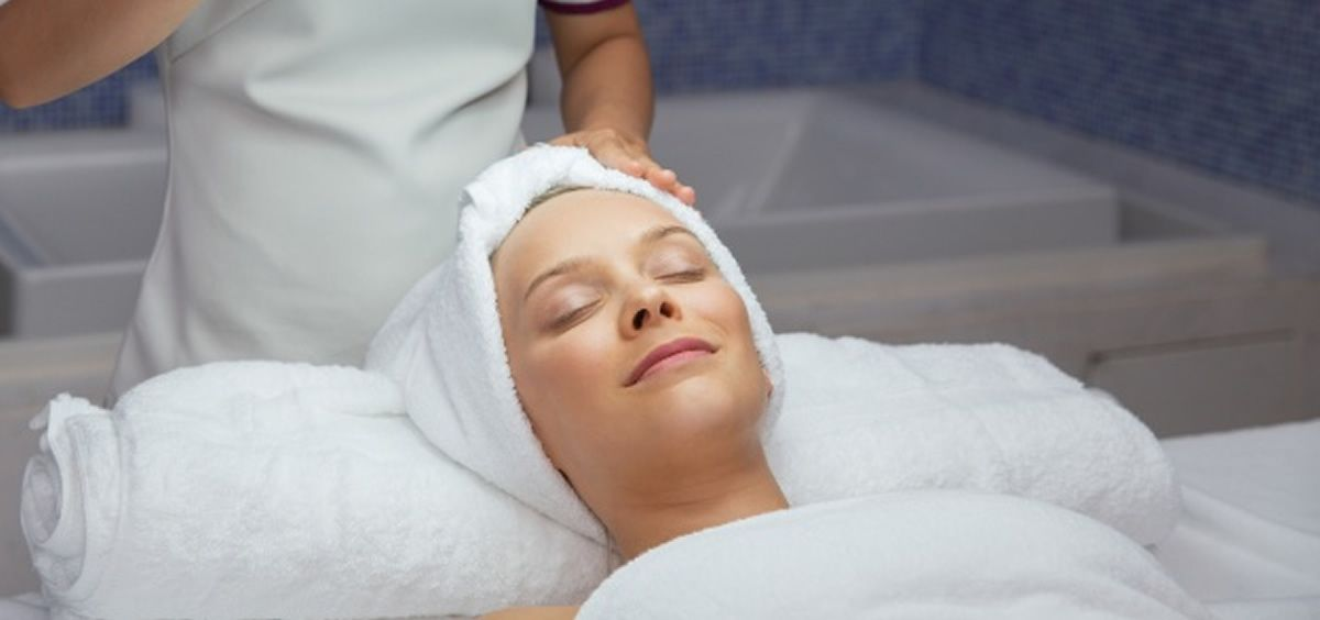 Mujer realizándose un tratamiento estético (Freepik)