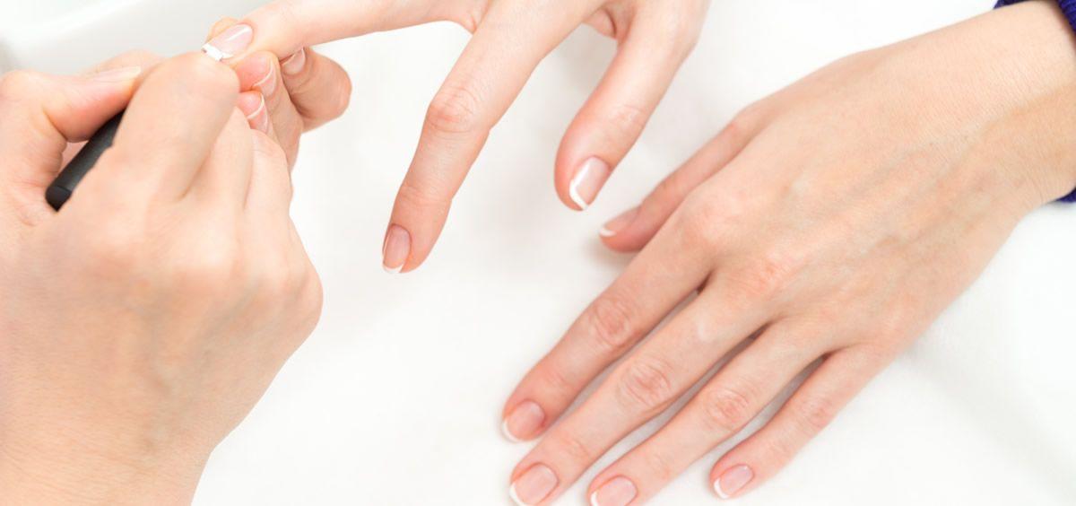 Tener unas uñas perfectas y bien cuidadas es muy sencillo si utilizamos los productos adecuados para ello (Foto de Freepik)