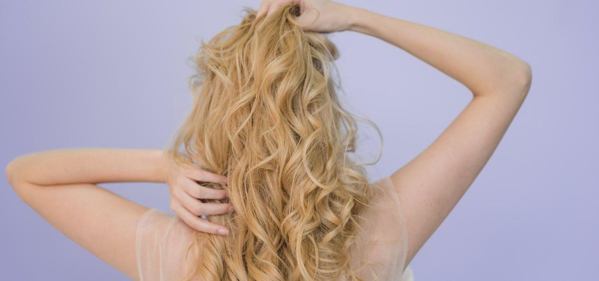 El sol, el cloro o el salitre son elementos que debilitan el cabello (Foto de Freepik)