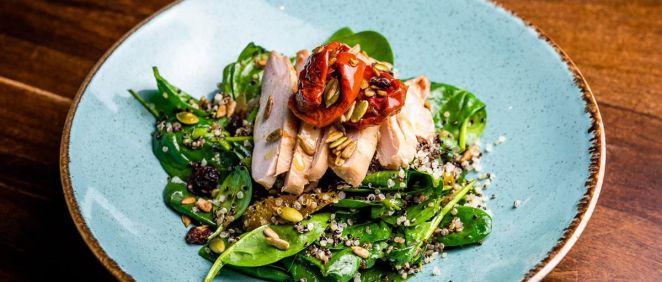 Hay algunos alimentos básicos que deben contener las ensaladas para potenciar el bronceado (Foto de Estetic)