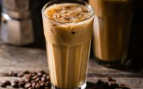 Este verano no digas no al café y disfruta del clásico café con hielo añadiéndole el toque Q77+ (Foto de Freepik)