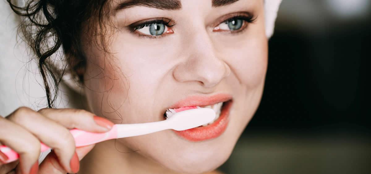 La pasta dental con carbón de leña está siendo muy utilizada como herramienta para blanquear los dientes (Foto. Freepik)
