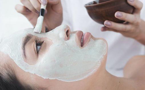 Peeling facial, el tratamiento estrella para renovar la piel después del verano