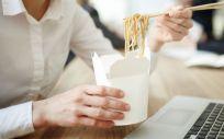 Con algunas pautas podrás comer sano en la oficina (Foto. Freepik)