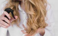 Para el cabello débil y delicado se debe usar champú, acondicionador y productos de ''styling'' (Foto. Freepik)