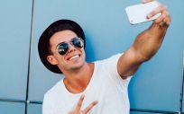Los selfies incrementan el número de personas que se someten a alguna cirugía estética o terapia de regeneración capilar (Foto. Freepìk)