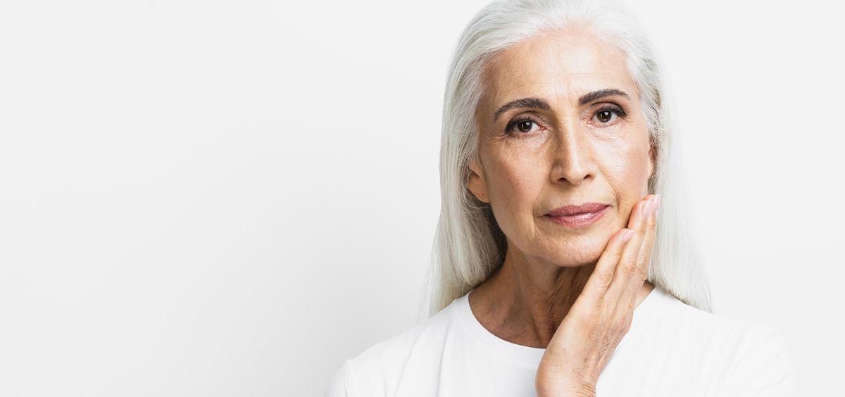 A esta edad la piel está menos elástica, se acentúan las arrugas y se muestra más seca y apagada (Foto. Freepik)