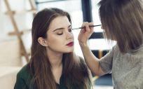 Al combinar el colorete y la sombra de ojos obtienes un maquillaje más rápido y fácil (Foto. Freepik)