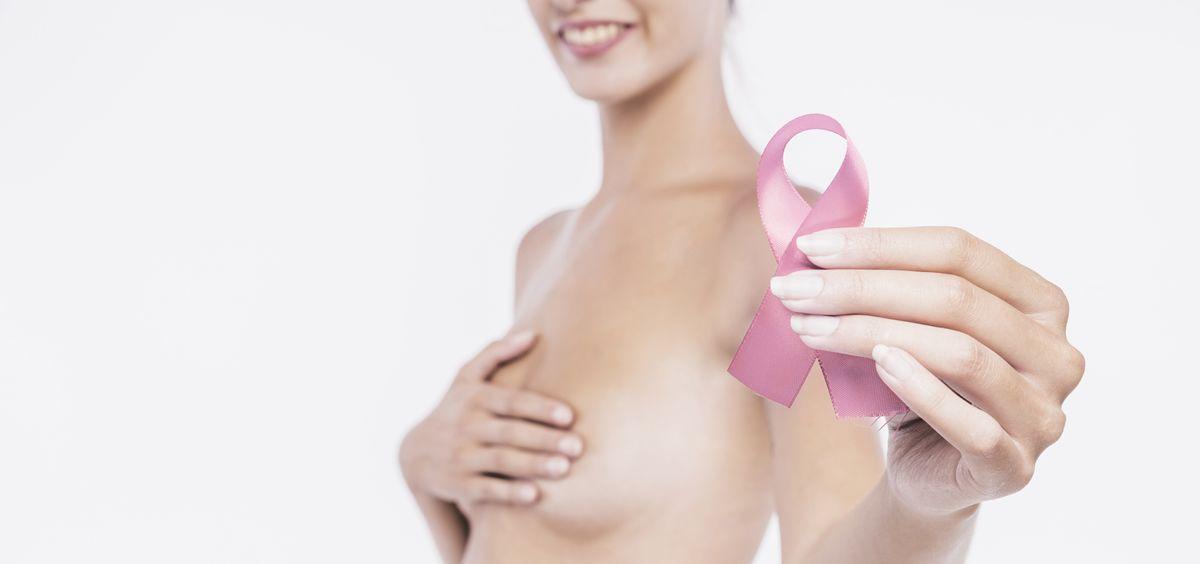 El 74% de las españolas se siente más vinculado a una marca que apoya la lucha contra el cáncer de mama (Foto. Freepik)
