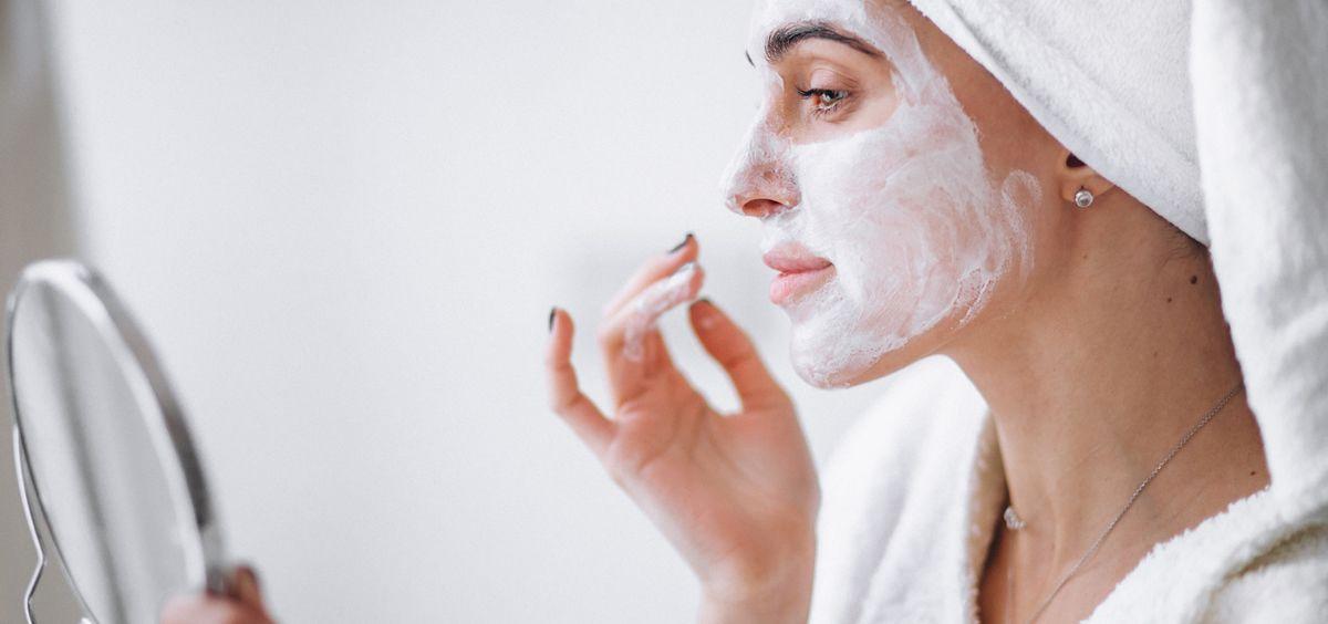 La piel puede volverse más opaca, fina y seca a partir de los 40 (Foto. Freepik)
