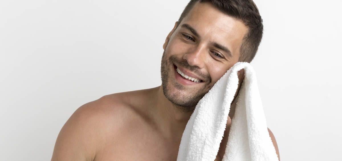 la piel del hombre tiene una mayor cantidad de grasa por lo que requiere de una limpieza diaria foto freepik - Limpieza facial, un paso imprescindible en la rutina diaria del hombre -