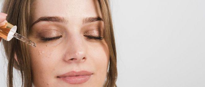 Si eres una persona adulta deberías considerar incluir el contorno de ojos en tu rutina facial (Foto. Freepìk)