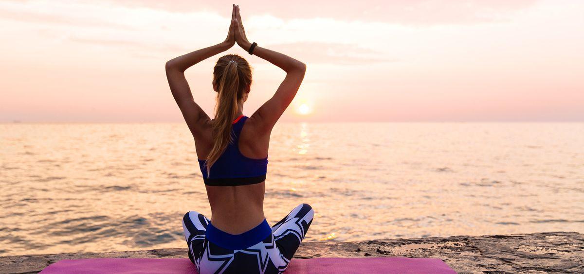 Errores comunes al practicar yoga en casa y cómo evitarlos (Foto. Freepik)