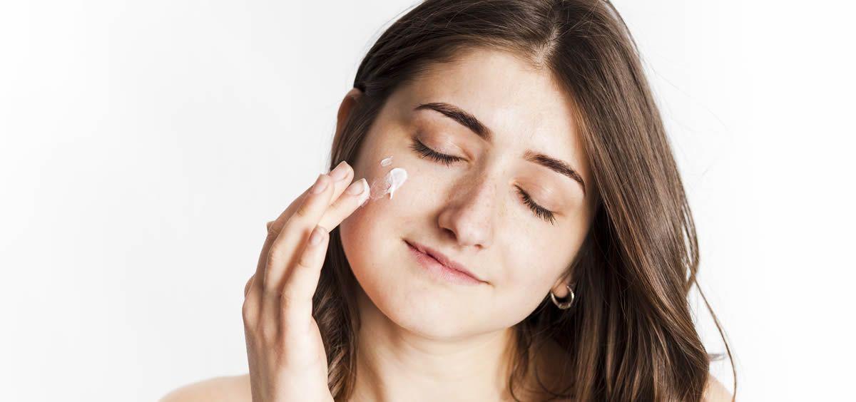 La piel grasa requiere de unos cuidados específicos (Foto. Freepik)