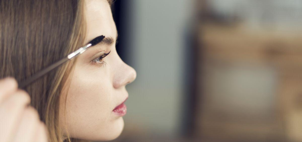 El microblanding es el secreto mejor guardado para lucir unas cejas perfectas, naturales y bonitas (Foto. Freepik)