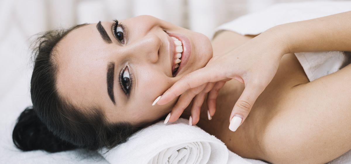 El protocolo logra resultados inmediatos devolviendo la firmeza, la elasticidad y la luminosidad al rostro, cuello y escote (Foto. Freepik)