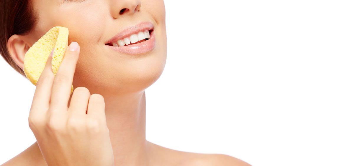 Uno de los trucos más esenciales para mantener una piel sana consiste en tener una correcta rutina de limpieza facial (Foto. Freepik)