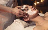 El tratamiento comienza limpiando y tonificando la piel con los productos más adecuados en el caso de cada piel (Foto. Freepik)
