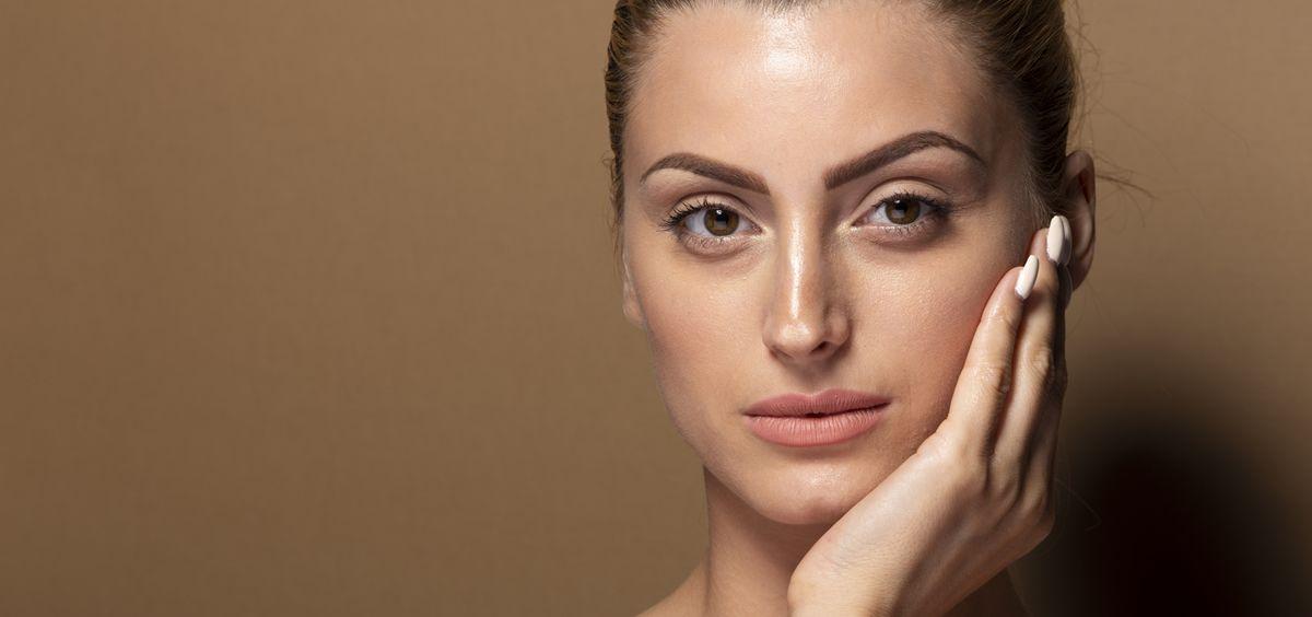 Acudir al dermatólogo es el primer paso para tratar la piel con acné (Foto. Freepik)