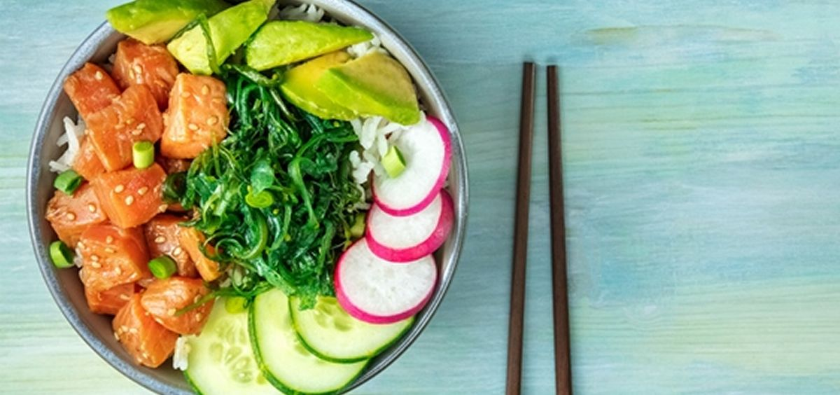 El poke bowl consiste en una combinación de proteína, normalmente pescado crudo marinado, pollo o tofu