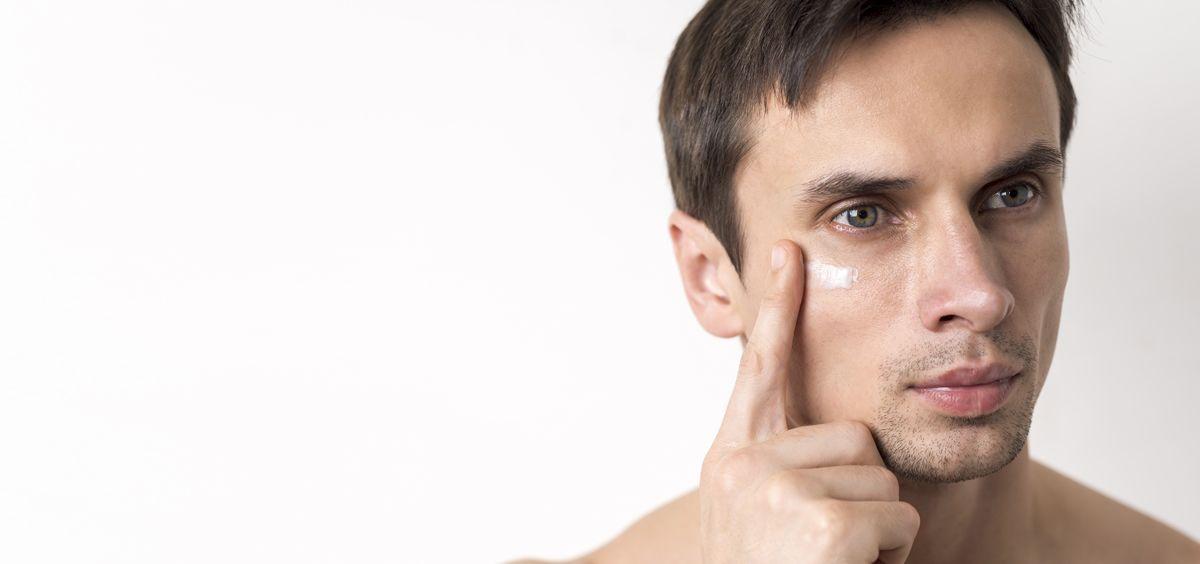 La exposición al aire libre, la contaminación ambiental y el afeitado pueden afectar a la apariencia de la piel de los hombres (Foto. Freepik)