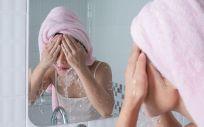 Puedes rejuvenecer mientras te lavas la cara (Foto. Freepik)
