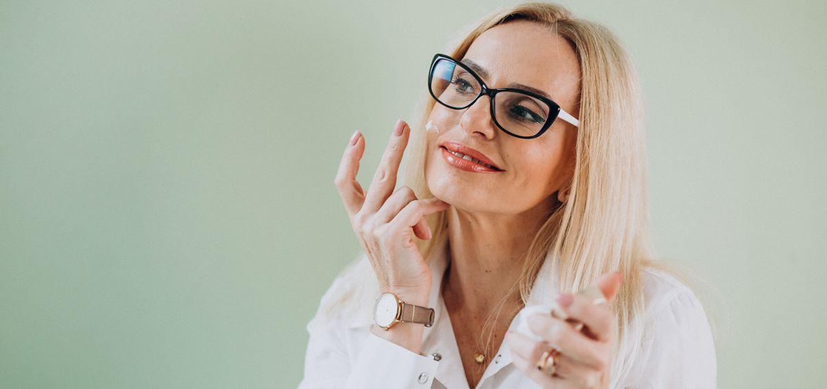 Sigue estos consejos y aprende a cuidar tu piel durante la menopausia (Foto. Freepik)