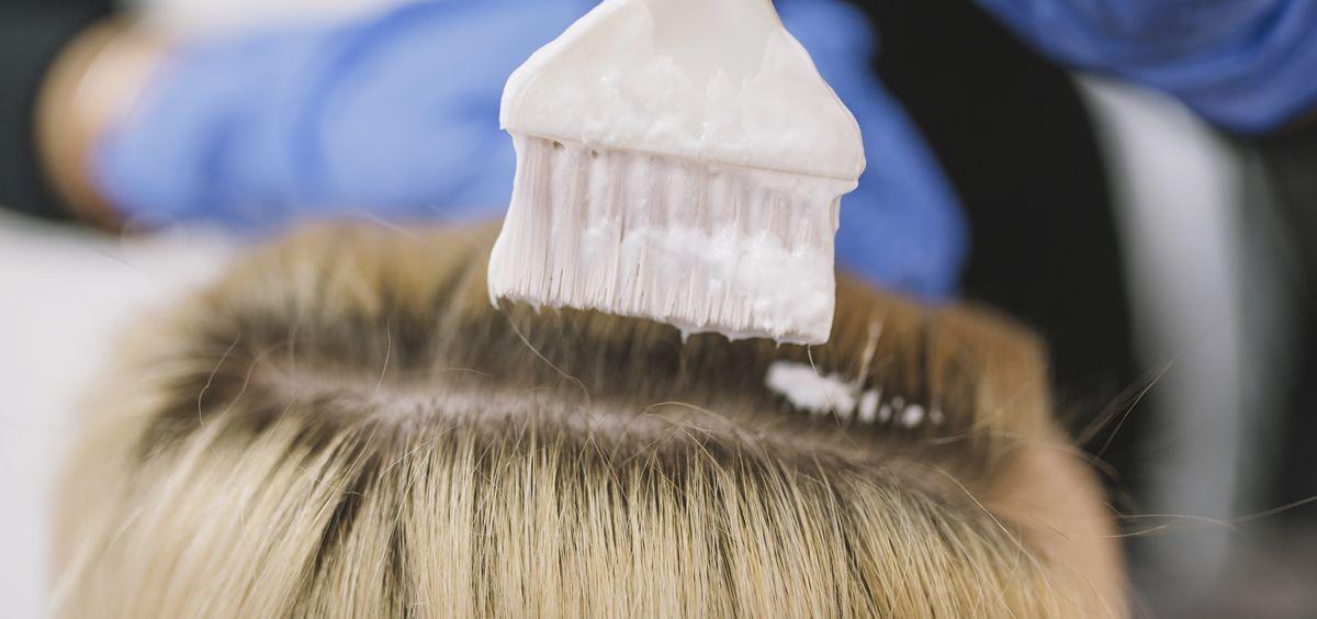 Descubre cómo teñirte el cabello en casa (Foto. Freepik)