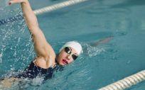 Mujer haciendo natación (Foto. Freepik)