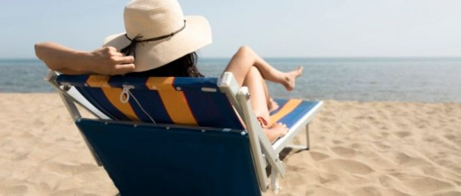 Mujer tomando el sol en la playa (Foto. Freepik)
