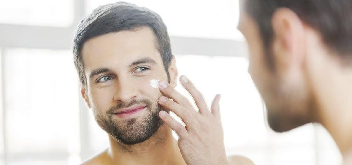 Hombre aplicándose crema (Foto. Estetic)