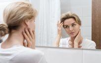Mujer mirándose en el espejo (Foto. Freepik)