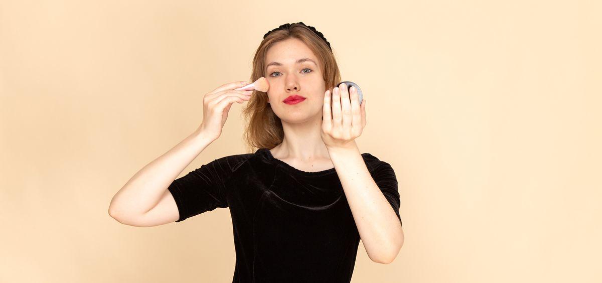 Mujer maquillándose (Foto. Freepik)
