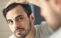 Hombre mirándose en el espejo (Foto. Estetic)