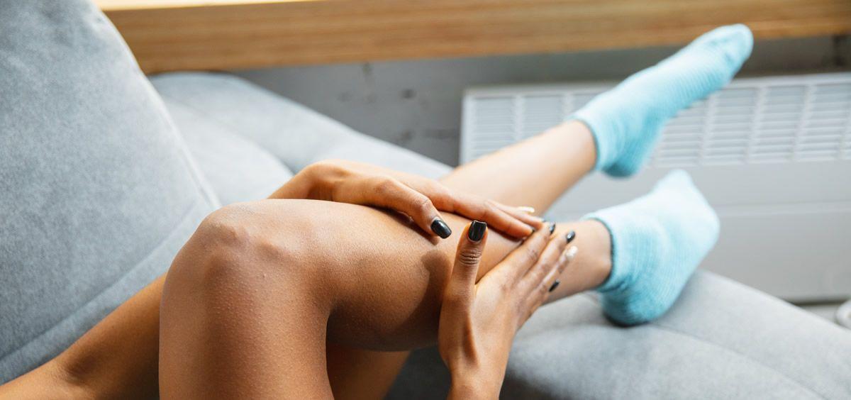 Mujer aplicándose crema deportiva en las piernas (Foto. Freepik)