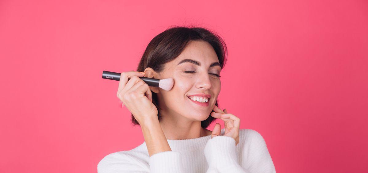 Mujer aplicando maquillaje (Foto. Freepik)