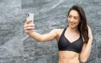 Mujer haciéndose fotos con su teléfono (Foto. Freepik)