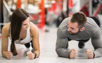 Una pareja haciendo deporte en el gimnasio (Foto. Freepik)