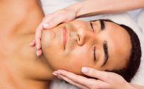 Un hombre realizándose un tratamiento facial (Foto. Freepik)