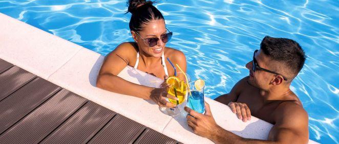 Una pareja disfrutando en la piscina (Foto. Freepik)