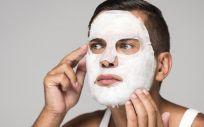 Hombre con mascarilla facial (Foto. Freepik)